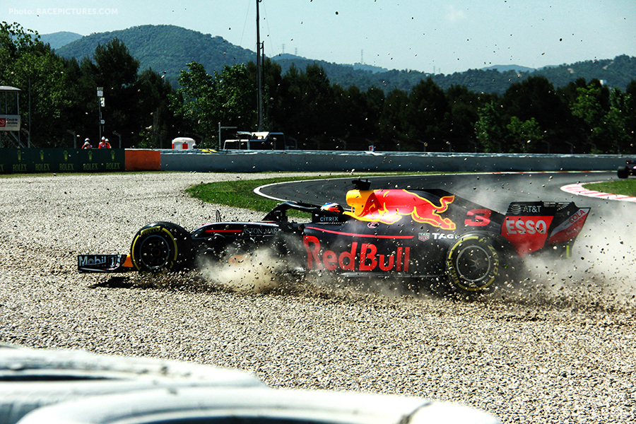 Daniel Ricciardo (AUS) Red Bull Racing RB14 crashes in the first practice session.