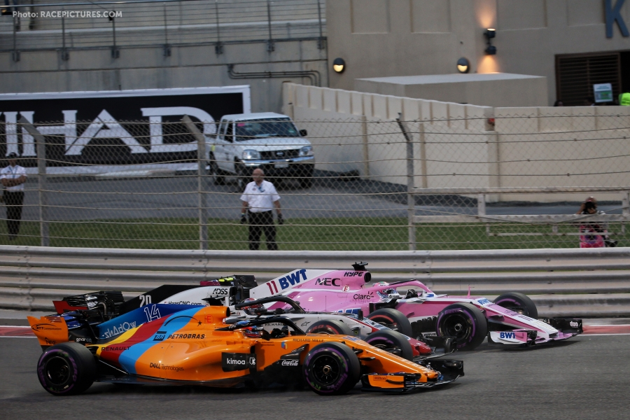 Sergio Perez (MEX) Racing Point Force India F1 VJM11, Kevin Magnussen (DEN) Haas VF-18, and Fernando Alonso (ESP) McLaren MCL33 at the start of the race.