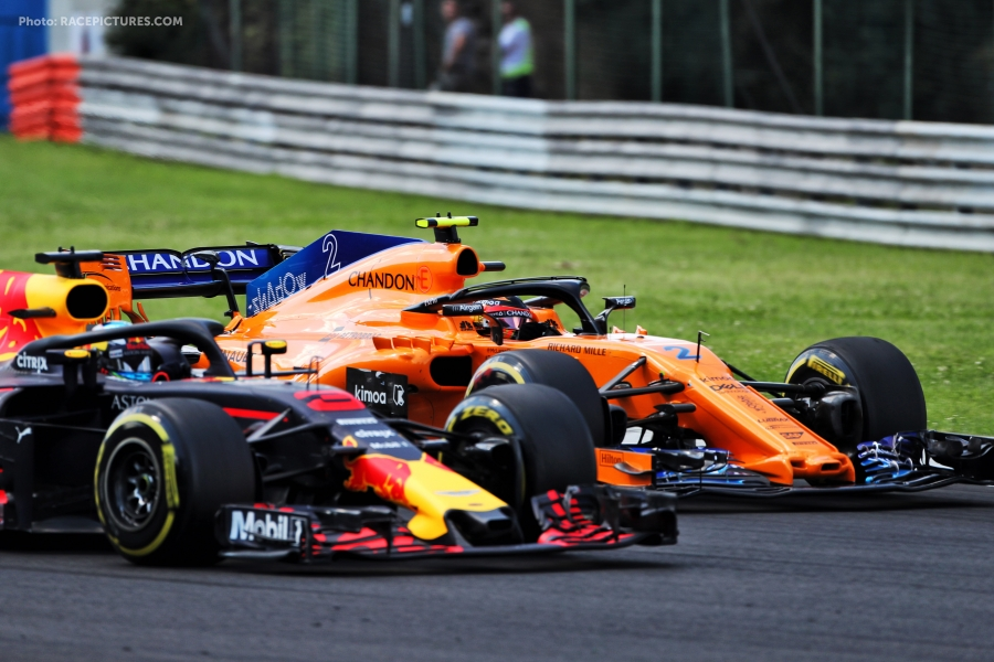 Daniel Ricciardo (AUS) Red Bull Racing RB14 and Stoffel Vandoorne (BEL) McLaren MCL33 battle for position.