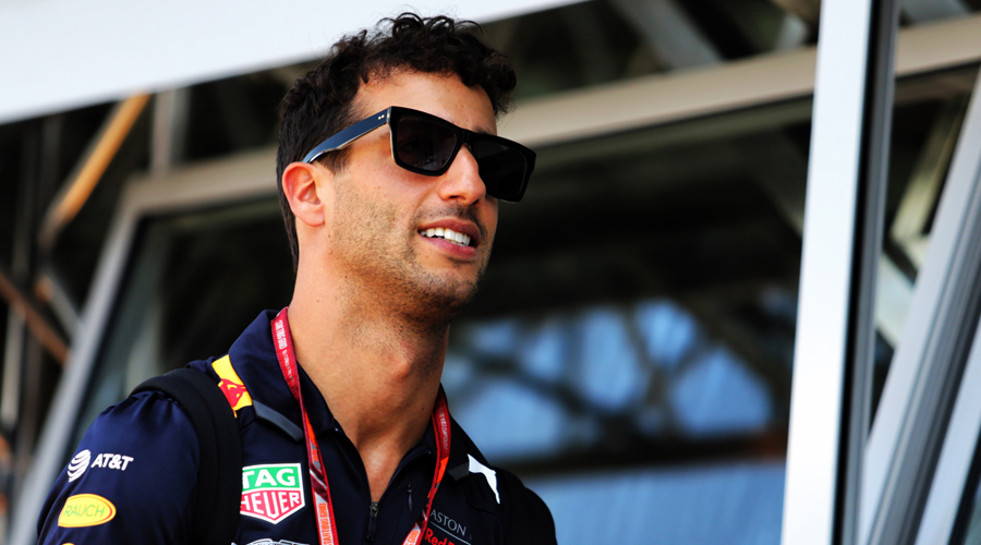Ricciardo signs deal with Renault